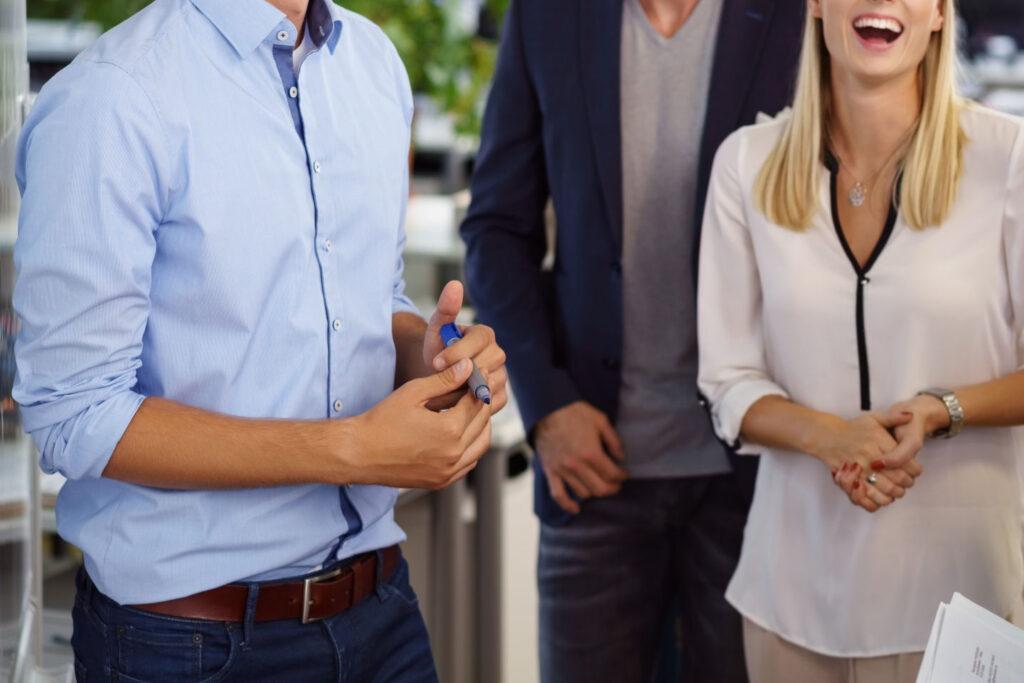lachende mitarbeiter in einer besprechung im büro